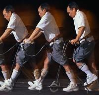 Парализованный человек ходит с помощью вживлённых чипов